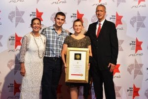 Alex and Rosa Dembitzer receiving award from Ezer Mizion